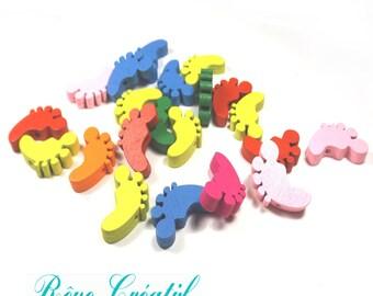 10pcs Perles en Bois motif Pieds de Bébé 22mm x 18mm Multicolores