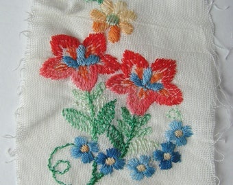 Embroidery thermocollante bouquet of flowers, canva degradable, 65 mm x 105 mm.