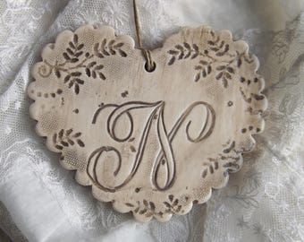 Heart custom earthenware, impression of lace, beige shabby patina and taupe letter ' feel