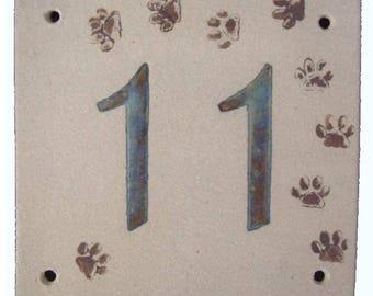 Door plate beige stoneware, number 11, cat paw prints