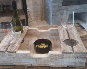 plateau de service en bois avec support a bouteille et verre a pied