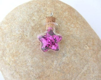 1 glass vial star filled with fuchsia glitter