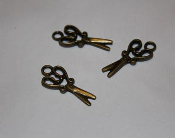 """Metal button with fancy pattern on sewing """"scissors"""""""