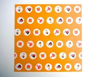 Feuille de papier origami (washi) aux motifs d'objets traditionnels japonais sur fond orange.