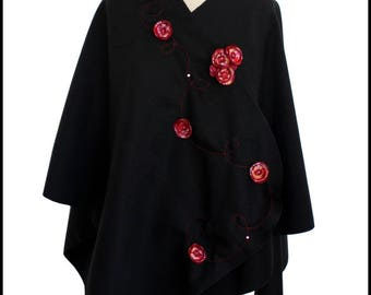 Cape with black fleece with red flowers