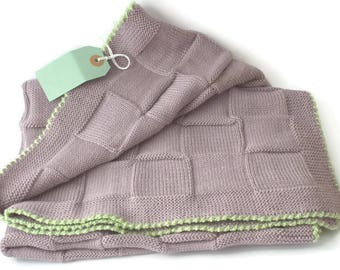 Baby blanket  knitted in dusty lilac color and leight green crocheted edging Babydecke gestrickt aus Merinowolle Couverture bébé en tricot