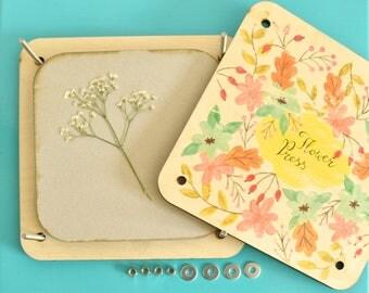 Bloempers met bloemen illustratie | Handgemaakt met vintage look. Met 13 persbladen. Gemaakt van hout.