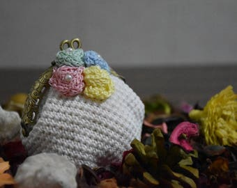 Elegant white purse with handmade floral decorations (crochet)