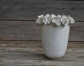 """n 3  """"Romantico vaso in gres con fiori misti bianchi"""""""