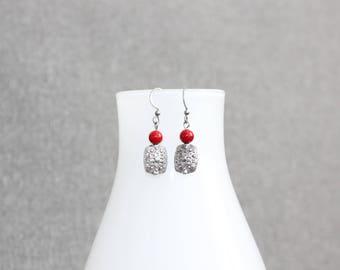 Boucles d'oreilles. bijou fantaisie, femme, rouge, métal travaillé, bille métal, bijoux métal, bijoux argent, boucles doreilles argent
