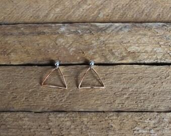 Boucle simple en laiton / boucle minimaliste / geometrique / triangle bombé (BO-1406)