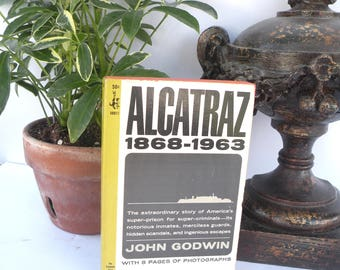 Alcatraz Paperback Book 1868 1963 8 Pages of Photographs Nobody ever escaped alive History Book Go to Jail