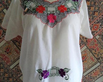 ON SALE Embroidered blouse/ vintage flower embroidery top/ white shirt with red scallop edges/ boho bohemian hippie Mexican style blouse siz