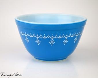 Pyrex Snowflake Garland Mixing Bowl, Vintage Pyrex Bowl, Retro Blue And White  401 1 1/2 Pint, ca. 1960