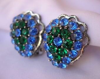 Dazzling Vintage Early Weiss Light Sapphire Blue Emerald Green Rhinestone Clip On Earrings Silver Tone Metal Domed Teardrop Dimensional Pear