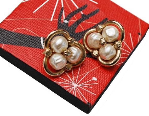 Coro Pearl  earrings -  White faux pearls  - Gold plated metal  - Clip on earrings