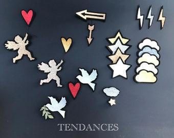 Broches sur fond noir en formes tendance nuages , étoiles , flèches , anges , colombes , eclaires