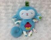 """Peluche singe bleu, format 8"""", appliqué cupcake sur son ventre, cadeau pour bébé, cadeau de shower"""
