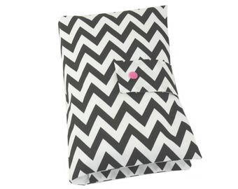 "Nappy pouch // diaper pouch // Diaper bag ""Chevron"" back/white"
