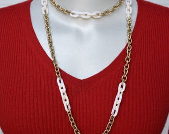 Textured Gold Tone & White Plastic Links Chain Necklace Vintage