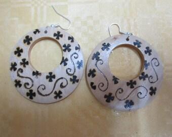 Pirografati earrings, Flower motif