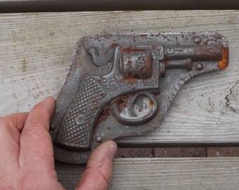 Revolver. Pistolet.  Pâques. Moule à chocolat. Vintage. France