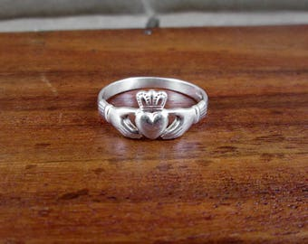 925 Sterling Silver Claddagh Ring - Size 8.25 - Vintage - Made in Ireland - Solvar