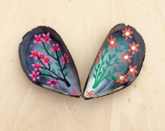 Fridge Magnets Handmade with Mussel shells, Flowers, Hand painted, upcycled 2 pcs