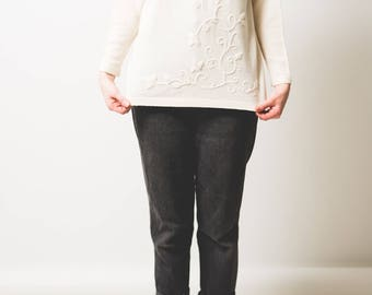 Cream knit jumper with floral applique // high neck // cute // kitsch // small-medium