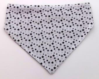 Bandana bib grey stars