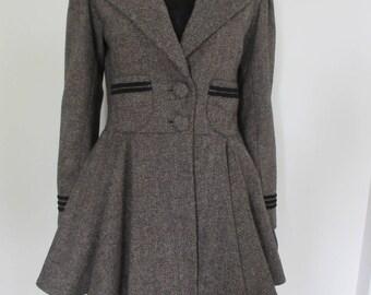 Manteau en tweed beige et noir doublé.