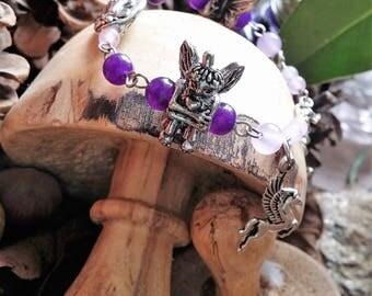 Invitation au pays des fées - Bracelet pour petite fille en agates naturelles teintées et breloques en métal argenté. Par