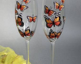 Monarch Butterflies Set of 2 Personalized Champagne glasses  Toasting Flutes Wedding Champagne Flutes Bride and Groom Wedding Glasses
