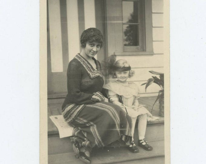 Vintage Snapshot Photo: Marie & Betty, May 1922 (81636]