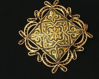 Vintage Gold Tone Filigree Border Spanish Damascene Brooch Pin