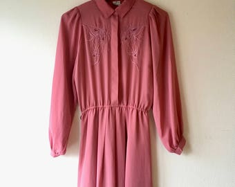1980s dusty pink secretary shirt dress with cutwork detail.// Fits a size small - medium