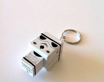 """Porte-clés Figurine cubique """"Storm"""" - peinte à la main"""