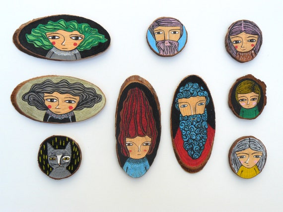 Collection of 9 paintings in wood. Perfect to decorate the wall or to use as a brooch. Portraits.