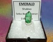 Rare éthiopienne émeraude lumineux vert émeraude (béryl) pierres précieuses cristal minéral spécimen dans une boîte guillerette d'Ethiopie neuf