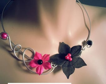 "Necklace + earrings ""Linqia"" flower of silk and beads black and fuscia"