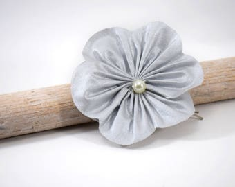 Flower in light grey coton iridescent on hair clip