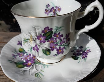 Vintage Paragon footed tea cup features purple violets and white bows