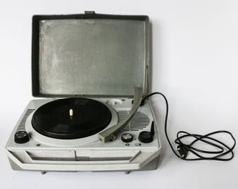 """Travel record player for vinyl 7"""" singles - Grey colour 60s model """"mein favorit"""" from GDR - Built-in gray loudspeakers, revised and working!"""