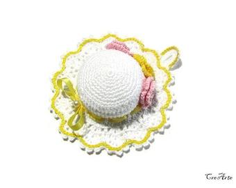 White and Yellow crochet hat pincushion, Cappellino puntaspilli bianco e giallo all'uncinetto