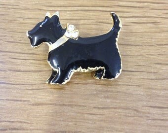 Vintage Enamel Black Scotty Dog on a Gold Tone Bar Brooch, in Good Condition. Very cute little piece
