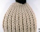 Bonnet femme tricoté main joli point de coeur fil doux laine et alpaga beige et son pompon fausse fourrure marron