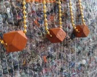HANDMADE Goldplated bolletjes ketting met geometrische houten kraal hanger. 60 cm. lang. Op voorraad!