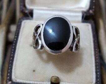 Vintage sterling silver ring, celtic shoulders & black onyx, size m