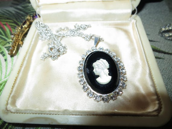 Beautiful vintage silvertone black and cream glass and rhinestone cameo pendant necklace