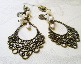 Vintage, prints and white pearls charms earrings